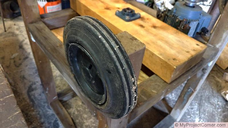 Añadiendo ruedas a mi desplumadora de pollos hecha en casa