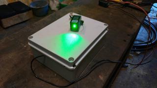 Asustar a los pájaros con láser verde automatizado