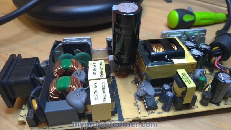 Un gran condensador soldado en la placa de circuito de un psu de la xbox