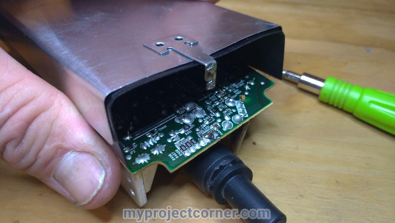 quitó la tapa de la placa de circuitos metálicos de la fuente de alimentación de la Xbox One