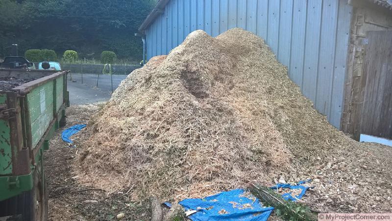 Pila terminada de astillas de madera para el calentador de abono