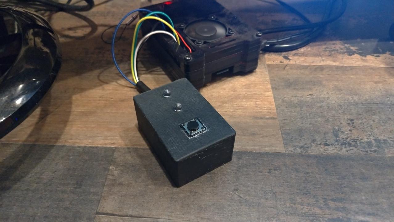 L'enregistreur de temps Raspberry Pi terminé, connecté et prêt