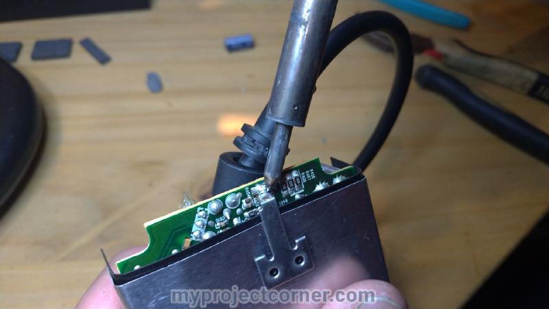 Dessouder les extrémités du couvercle métallique de la carte de circuit imprimé sur le bloc d'alimentation de la xbox 1