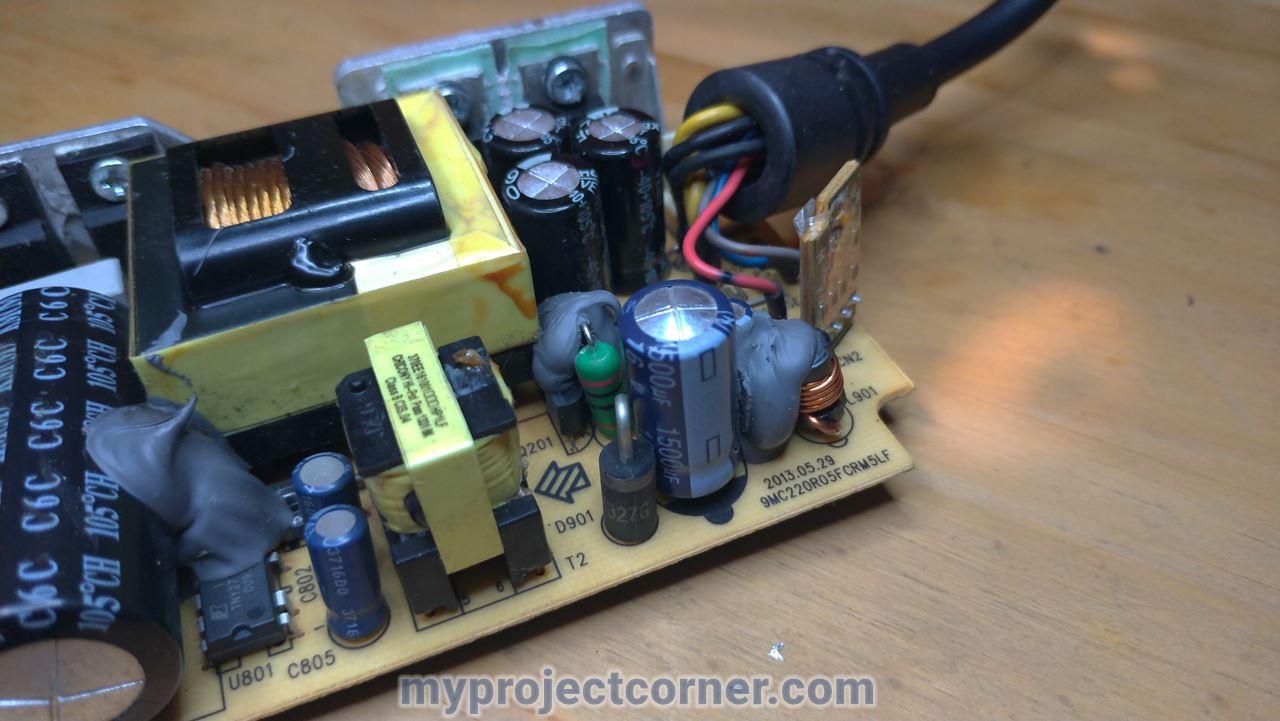 Condensateur prêt à être dé-soudé sur la xbox one psu