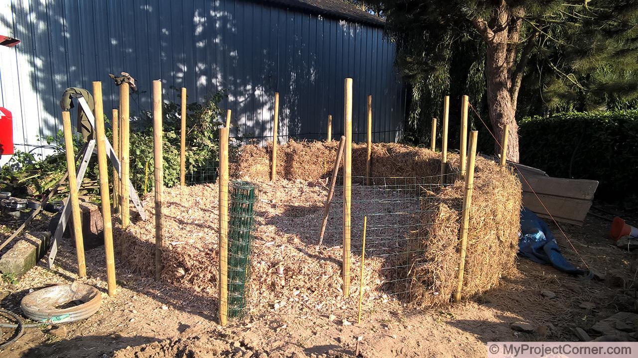 couche de base de copeaux de bois pour le tas de compost complet