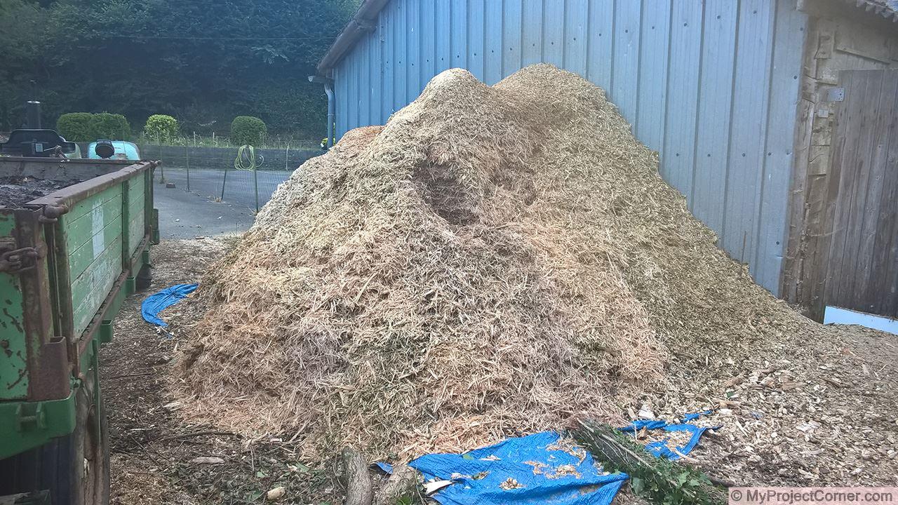 Tas fini de copeaux de bois pour le chauffage du compost